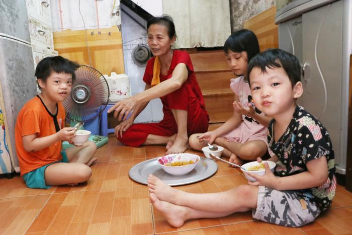 Ba đứa trẻ ăn ngon lành.