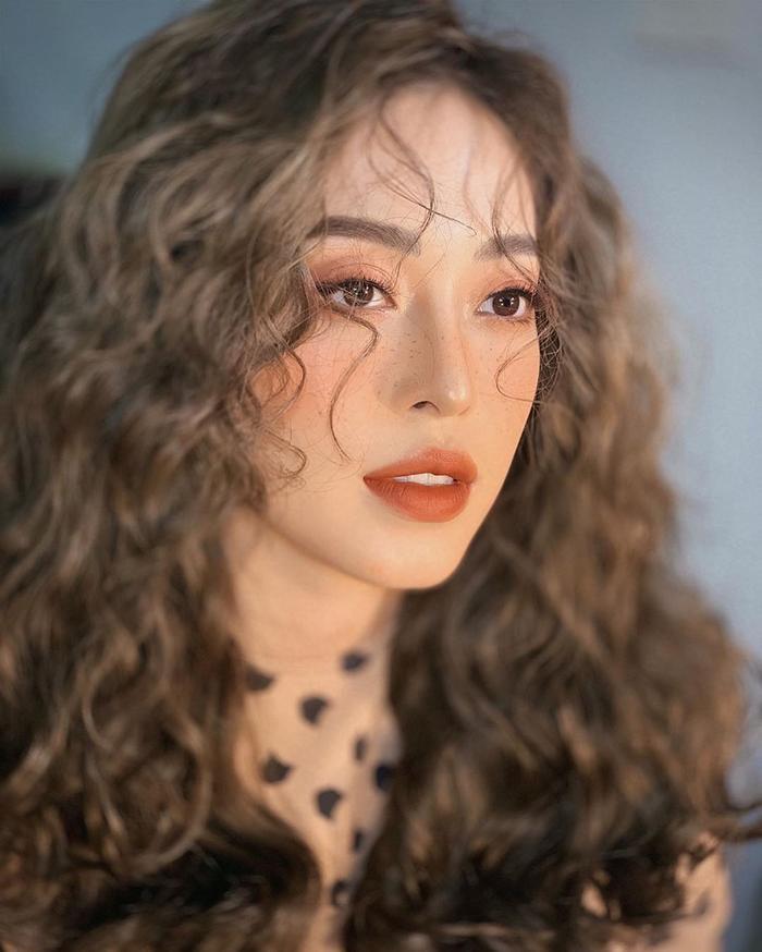 Á hậu Phương Nga thần thái thẫn thờ trong shoot ảnh mới. Người đẹp gây ấn tượng với mái tóc xù cùng style make-up ngọt ngào.