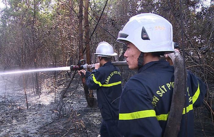 Lực lượng chức năng phải mất hơn 3h để khống chế ngọn lửa. Ảnh: VietNamNet
