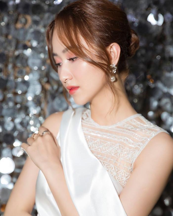 Á hậu Hà Thu dịu dàng với style trang điểm ngọt lịm.