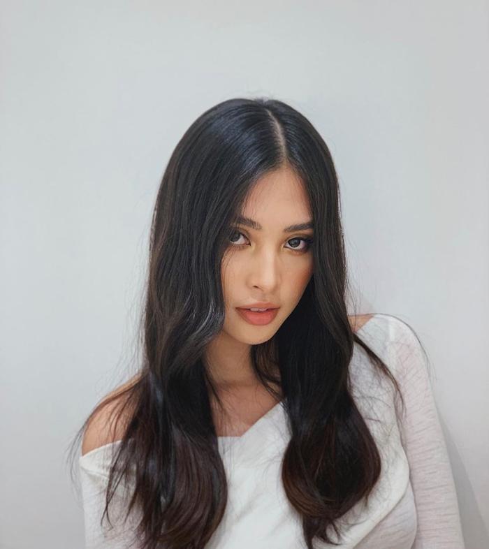 Hoa hậu Tiểu Vy cuốn hút fan bằng ánh mắt đầy mê hoặc và quyến rũ.