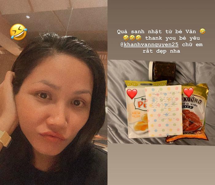 """H'Hen Niê khoe quà sinh nhật """"vổ béo"""" của em gái Khánh Vân gửi tặng. Người đẹp Ê Đê khen nét chữ xinh xắn của Hoa hậu Hoàn vũ Việt Nam 2019."""