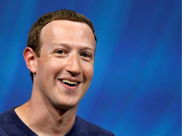Mark Zuckerberg hiện giờ chỉ giàu kém CEO Amazon Jeff Bezos và người sáng lập Microsoft Bill Gates. (Ảnh: Reuters)