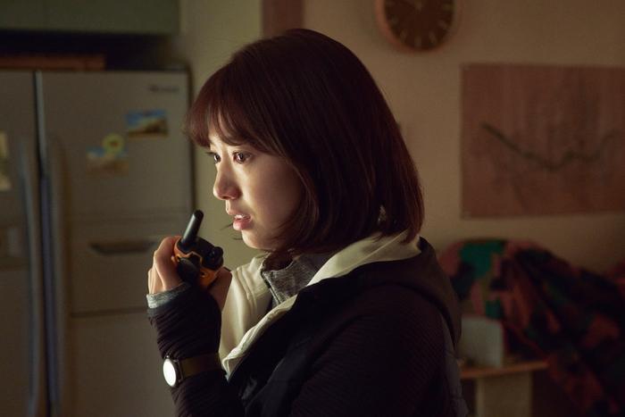 Trailer phim#ALIVE:Park Shin Hye và Yoo Ah In chiến đấu với lũ zombie cực ngầu ảnh 4