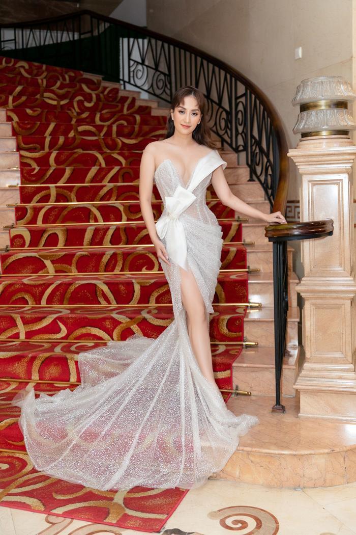 Khánh Thi khoe thân hình gợi cảm sau giảm cân, được Phan Hiển xách đuôi váy cho tại sự kiện