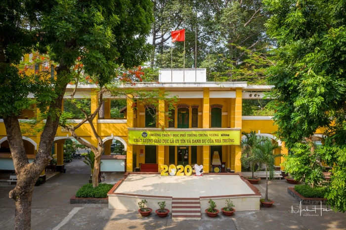 Ngôi trường rợp bóng cây xanh, tạo cảm giác trong lành và thân thiện.