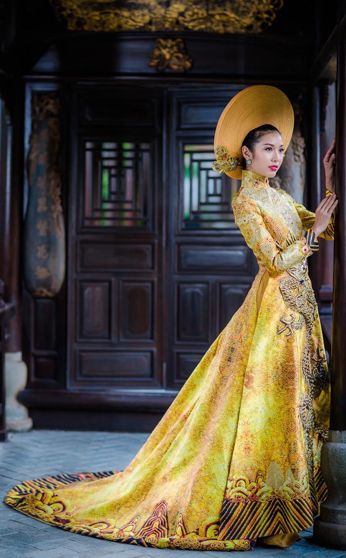 Từng đường nét thêu tay cầu kì cho đến phần thân váy dài càng giúp Thúy Vân trở nên tỏa sáng dưới mọi góc chụp.