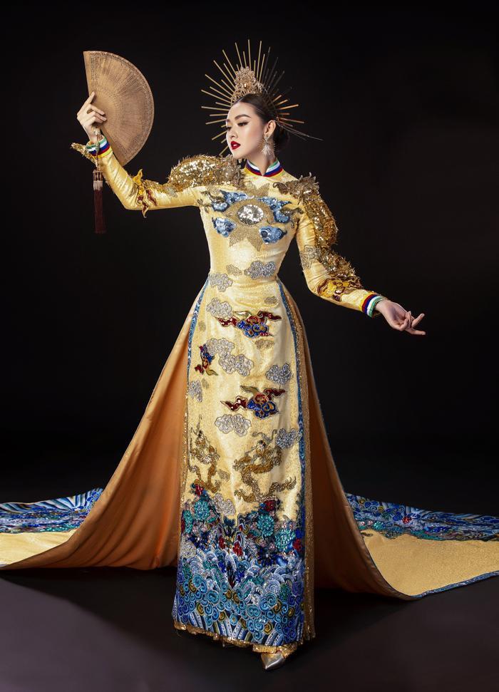 Bộ trang phục dân tộc phản ánh đúng tinh hoa văn hóa dân tộc Việt với hình ảnh con rồng phương Đông hướng về mặt trời. Lấy tông màu vàng làm chủ đạo, vừa toát ra vẻ uy nghiêm vừa lộng lẫy khi trình diễn trên sân khấu.