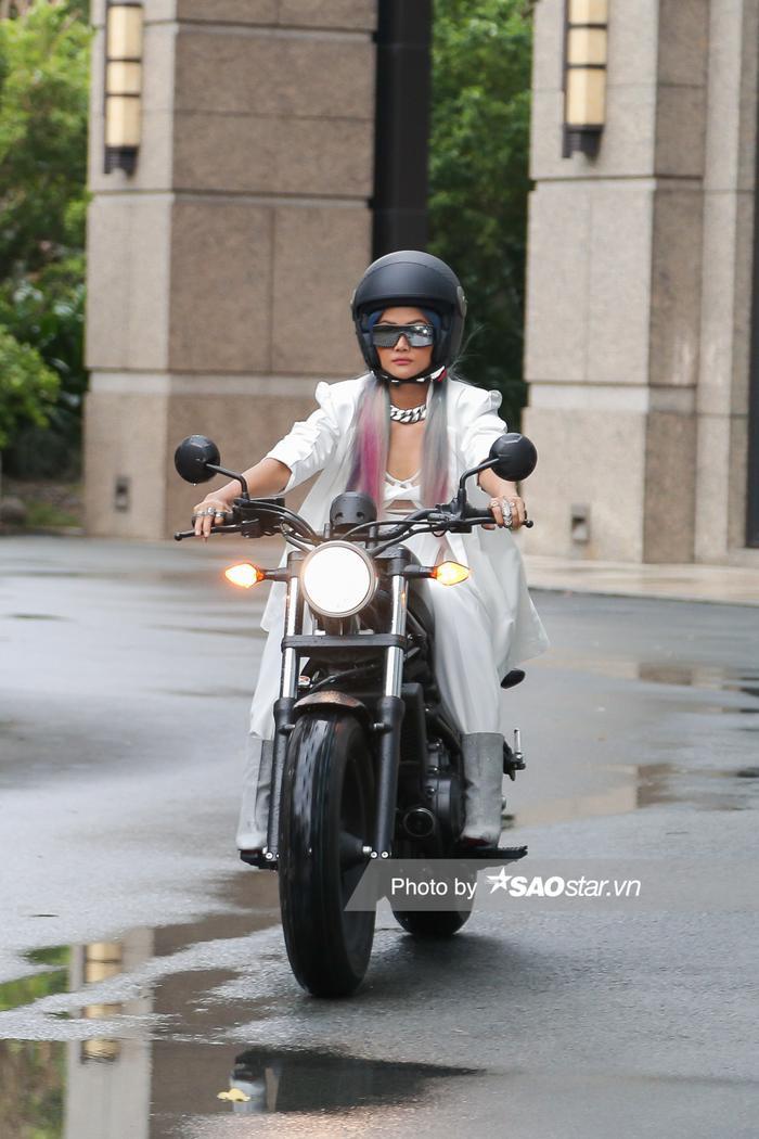 H'Hen Niê chơi tóc xám xanh hồng chất lừ, lái xe mô tô ra mắt vai diễn đả nữ màn ảnh rộng ảnh 2