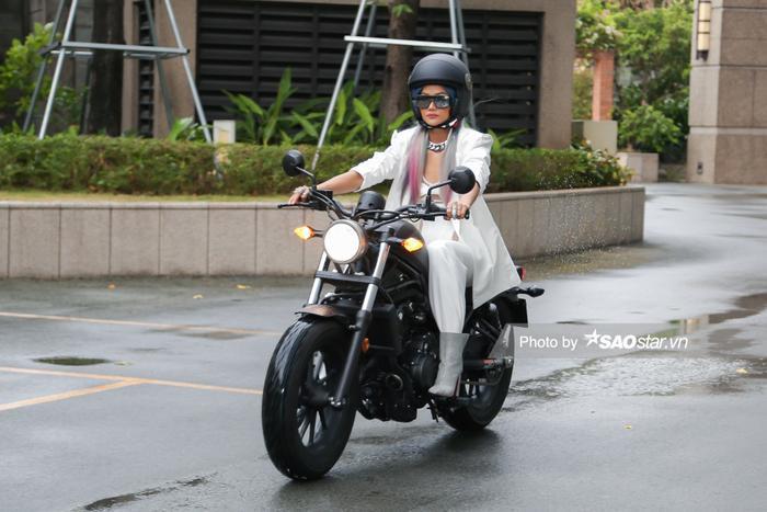 H'Hen Niê chơi tóc xám xanh hồng chất lừ, lái xe mô tô ra mắt vai diễn đả nữ màn ảnh rộng ảnh 1