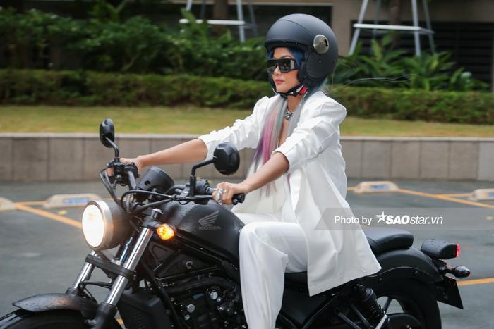 H'Hen Niê quyến rũ và cá tính trong trang phục trắng điều khiển xe mô-tô điêu luyện.