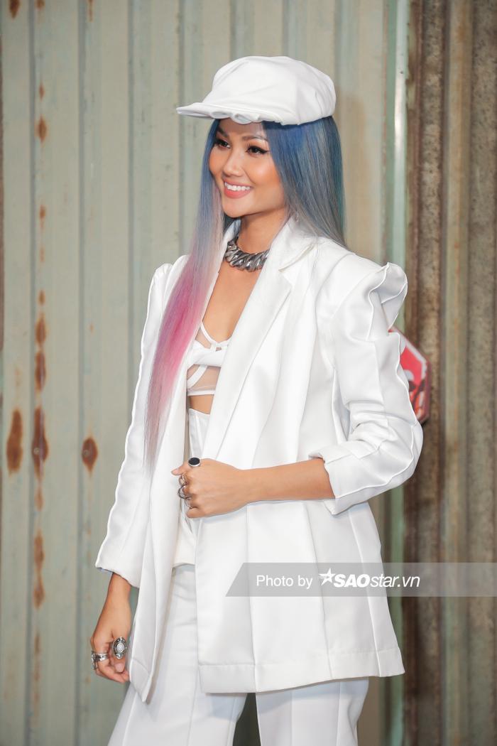 H'Hen Niê chơi tóc xám xanh hồng chất lừ, lái xe mô tô ra mắt vai diễn đả nữ màn ảnh rộng ảnh 5