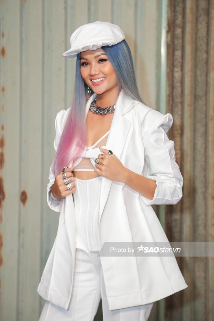 H'Hen Niê chơi tóc xám xanh hồng chất lừ, lái xe mô tô ra mắt vai diễn đả nữ màn ảnh rộng ảnh 3