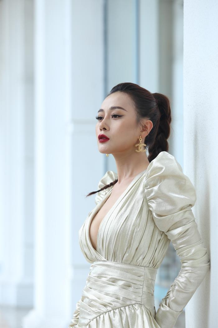 Phương Oanh diện đồ hở bạo trong họp báo, chuẩn bị lột xác thành con gái nhà tài phiệt trong phim mới