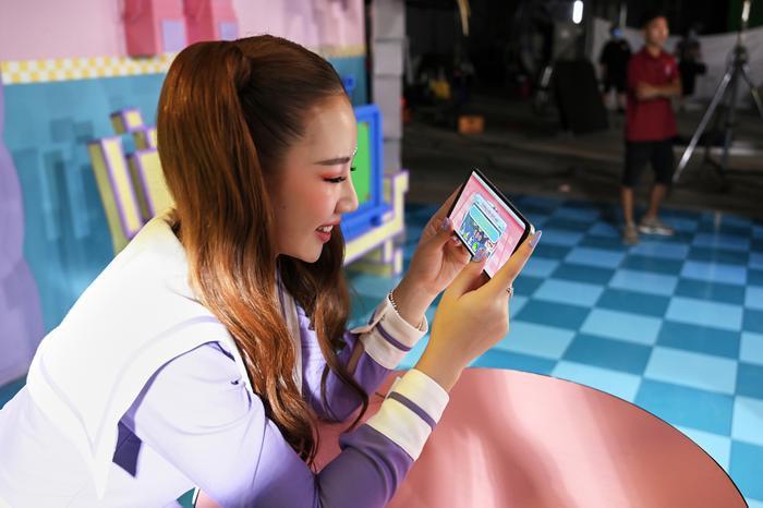 Khoảnh khắc hậu trường đáng yêu, Amee chơi game và selfie,… thì ra đây là thời điểm vàng để cô nàng có những bức ảnh xao xuyên tim fan trên mạng.