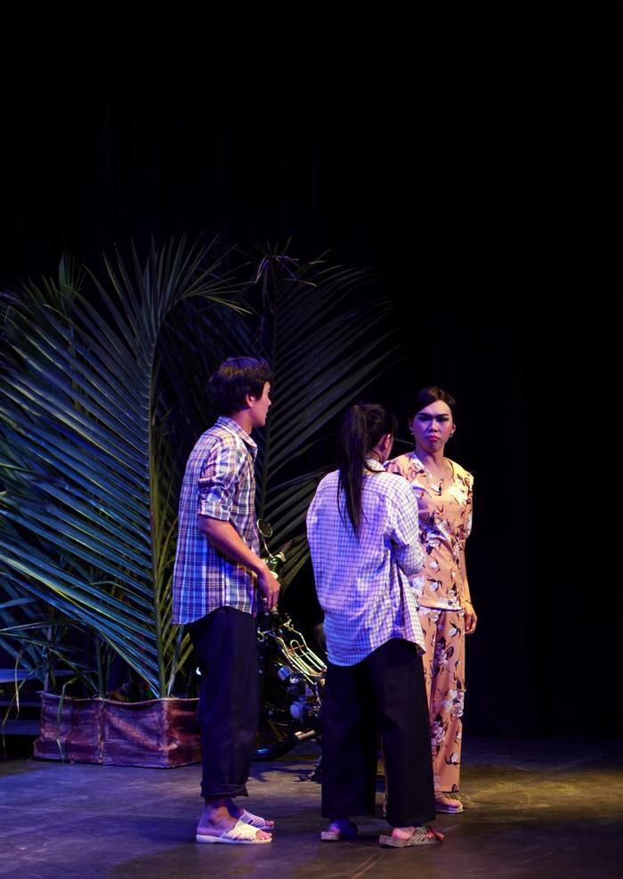 Minh Dự khiến khán giả cười ngất rồi lại rơi nước mắt nghẹn ngào với vai má Huệ trong vở chính kịch 'Ngược gió'