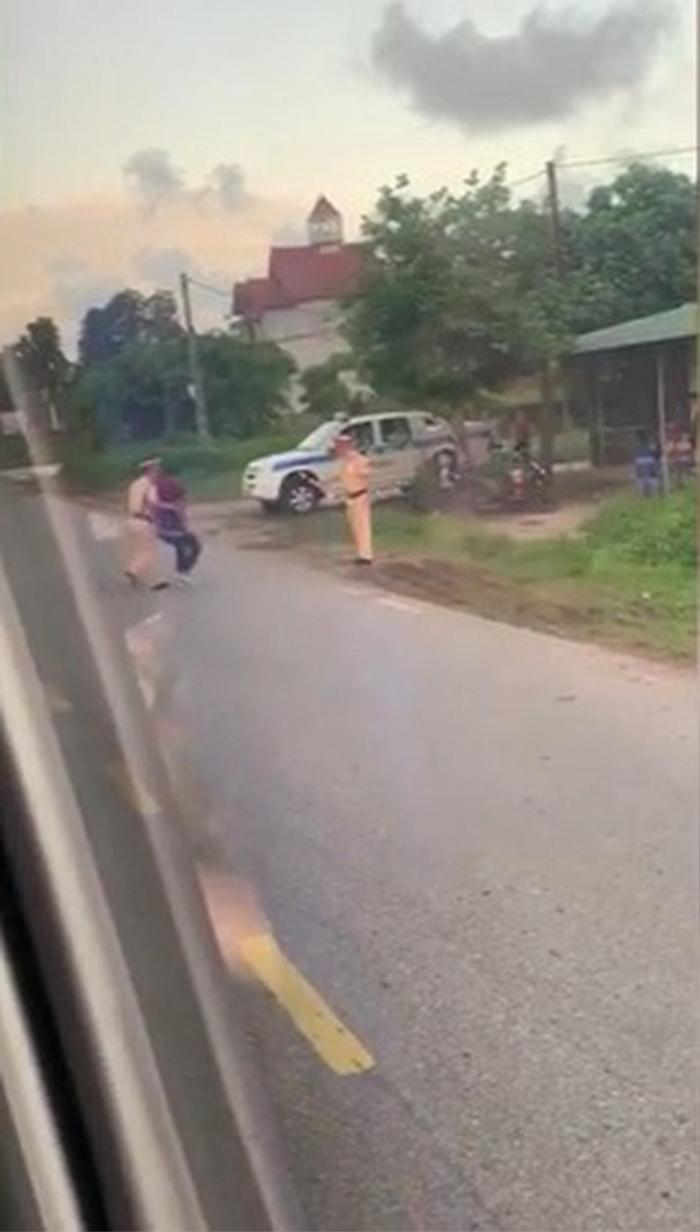 Người đàn ông ăn vạ CSGT bằng hành động kỳ quặc ngay giữa đường Ảnh 2