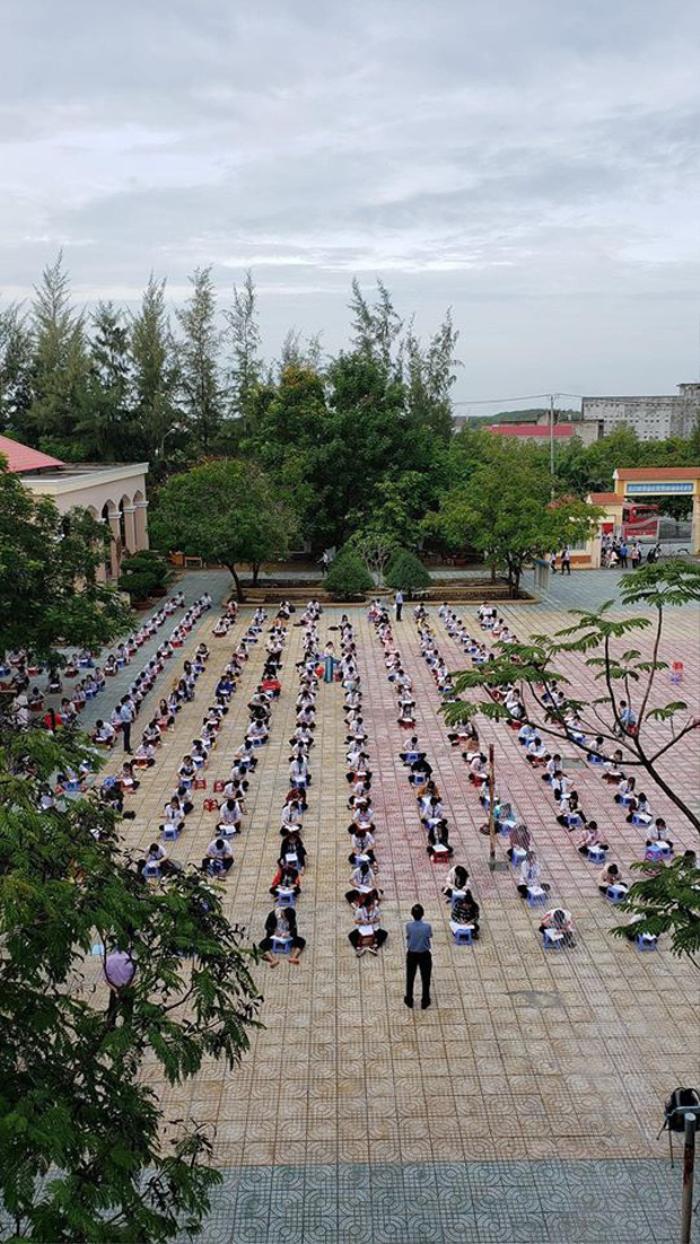 Chống gian lận thi cử, một trường THPT tại TP.HCM cho học sinh làm bài kiểm tra dưới sân trường