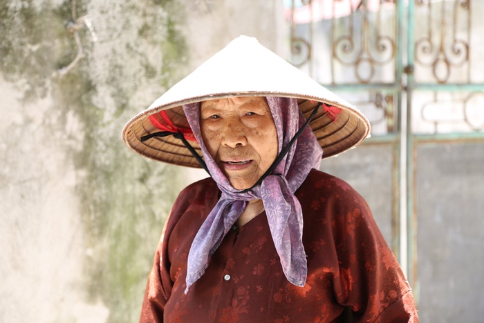 Cụ bà gần 90 tuổi vẫn phăng phăng đi cấy, trồng rau khiến giới trẻ xách dép' đuổi theo: 'Các cháu chưa chắc đã bằng tôi, còn khoẻ tôi còn làm' Ảnh 3