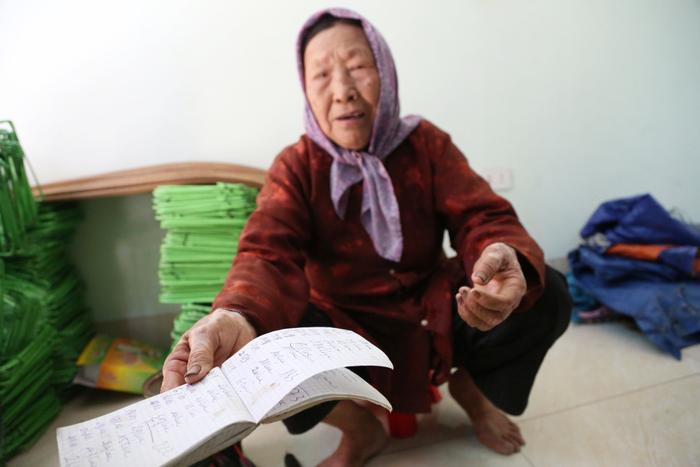 Cụ bà gần 90 tuổi vẫn phăng phăng đi cấy, trồng rau khiến giới trẻ xách dép' đuổi theo: 'Các cháu chưa chắc đã bằng tôi, còn khoẻ tôi còn làm' Ảnh 10