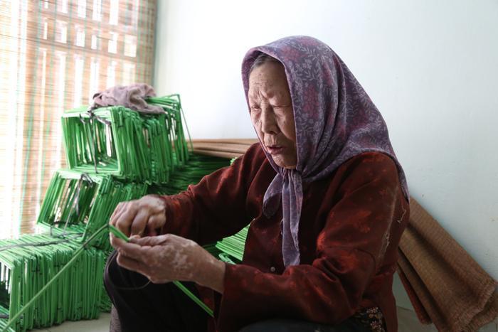 Cụ bà gần 90 tuổi vẫn phăng phăng đi cấy, trồng rau khiến giới trẻ xách dép' đuổi theo: 'Các cháu chưa chắc đã bằng tôi, còn khoẻ tôi còn làm' Ảnh 9