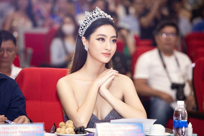 Hoa hậu Lương Thuỳ Linh đội vương miện 3 tỷ khoe nhan sắc 'vạn người mê' chấm thi sắc đẹp Ảnh 1