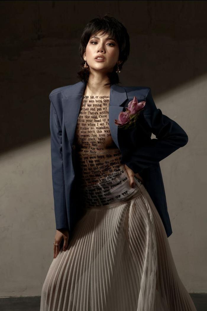 Đón tuổi mới, Siêu mẫu Quỳnh Hoa táo bạo mặc áo trong suốt khoe số đo vàng Ảnh 1