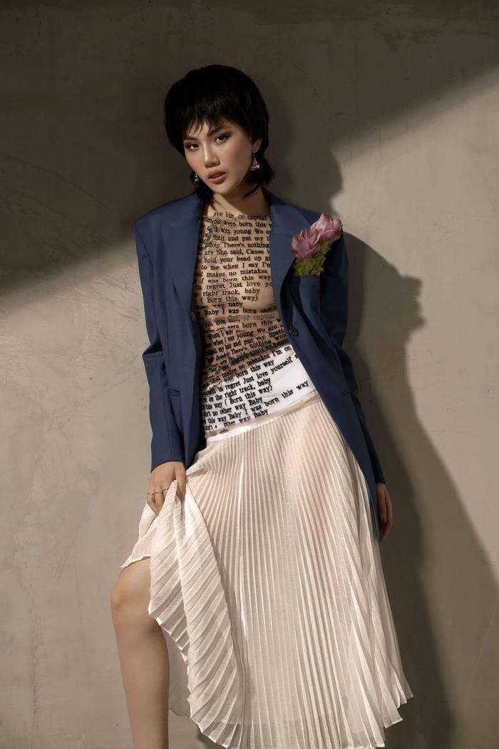 Đón tuổi mới, Siêu mẫu Quỳnh Hoa táo bạo mặc áo trong suốt khoe số đo vàng Ảnh 2
