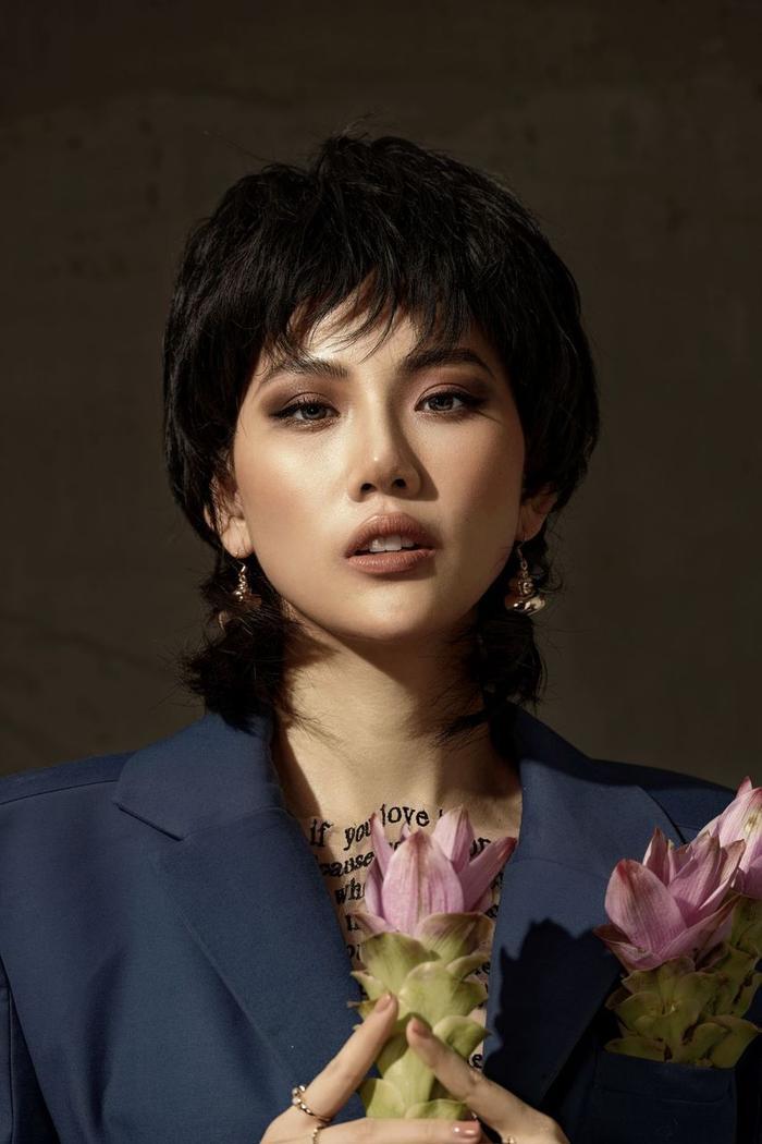 Đón tuổi mới, Siêu mẫu Quỳnh Hoa táo bạo mặc áo trong suốt khoe số đo vàng Ảnh 3