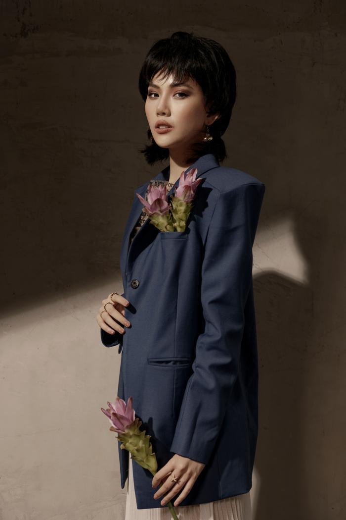 Đón tuổi mới, Siêu mẫu Quỳnh Hoa táo bạo mặc áo trong suốt khoe số đo vàng Ảnh 4
