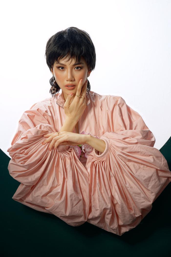 Đón tuổi mới, Siêu mẫu Quỳnh Hoa táo bạo mặc áo trong suốt khoe số đo vàng Ảnh 5