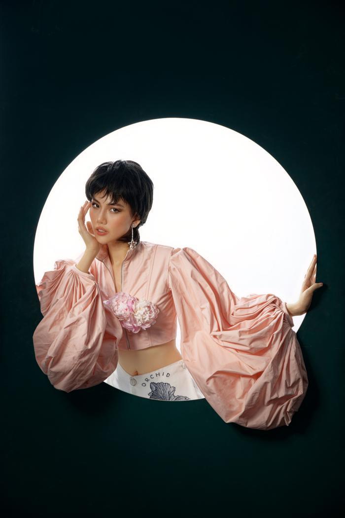 Đón tuổi mới, Siêu mẫu Quỳnh Hoa táo bạo mặc áo trong suốt khoe số đo vàng Ảnh 8