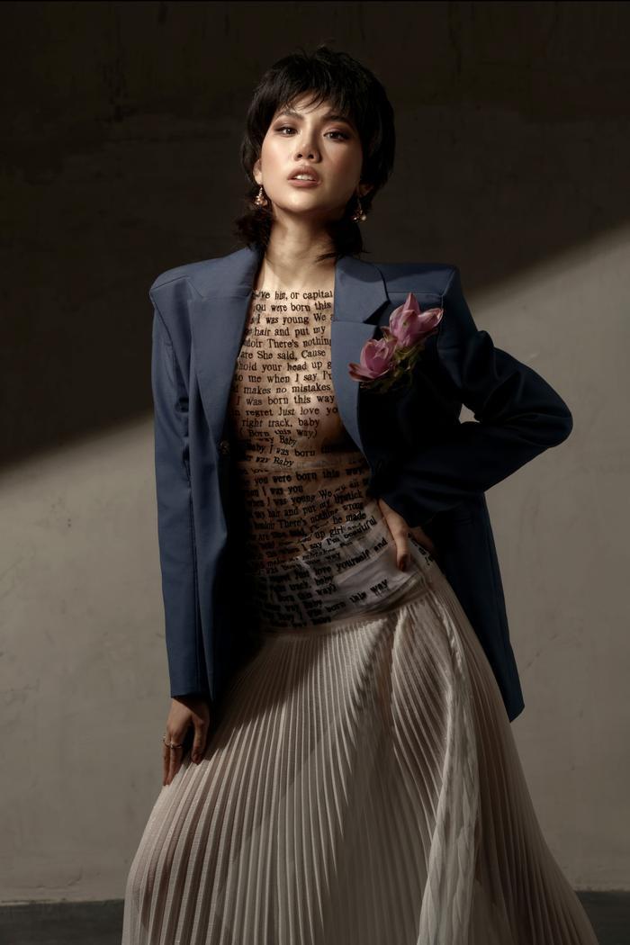 Đón tuổi mới, Siêu mẫu Quỳnh Hoa táo bạo mặc áo trong suốt khoe số đo vàng Ảnh 10