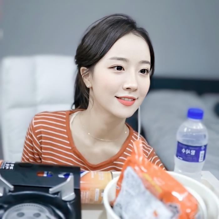 Sở hữu nhan sắc cực phẩm, streamer Hàn Quốc nhận hơn 8 tỷ đồng chỉ nhờ khoảnh khắc buộc tóc Ảnh 3