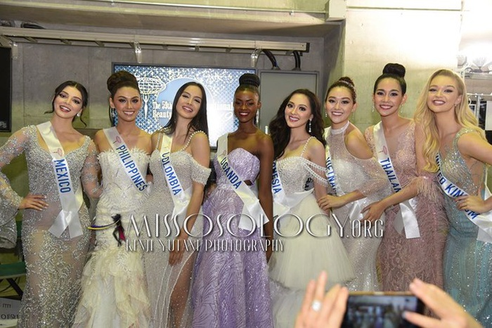 Hoa hậu quỳ gối chỉnh váy cho bạn, việc nhỏ nhưng sức công phá lớn, H'Hen Niê khiến fan tự hào Ảnh 5