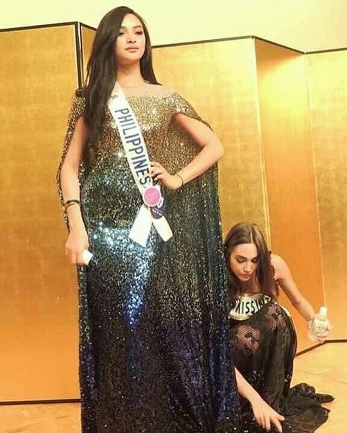 Hoa hậu quỳ gối chỉnh váy cho bạn, việc nhỏ nhưng sức công phá lớn, H'Hen Niê khiến fan tự hào Ảnh 3