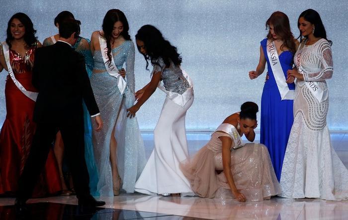 Hoa hậu quỳ gối chỉnh váy cho bạn, việc nhỏ nhưng sức công phá lớn, H'Hen Niê khiến fan tự hào Ảnh 8