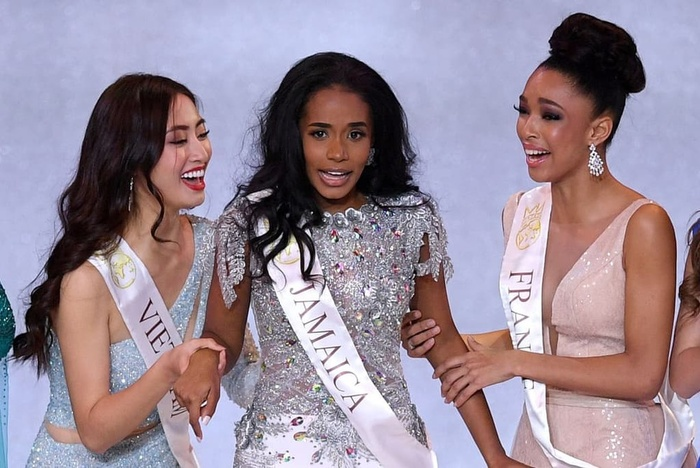 Hoa hậu quỳ gối chỉnh váy cho bạn, việc nhỏ nhưng sức công phá lớn, H'Hen Niê khiến fan tự hào Ảnh 9