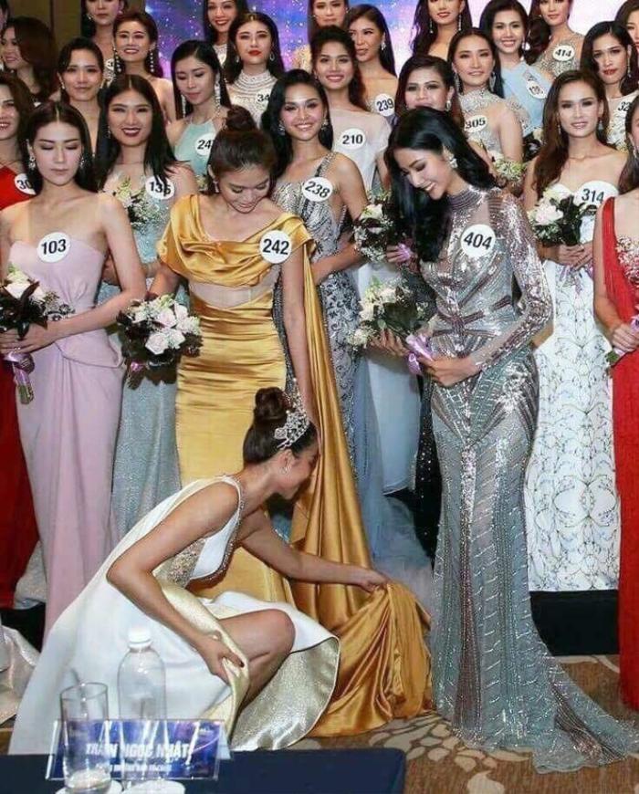Hoa hậu quỳ gối chỉnh váy cho bạn, việc nhỏ nhưng sức công phá lớn, H'Hen Niê khiến fan tự hào Ảnh 2