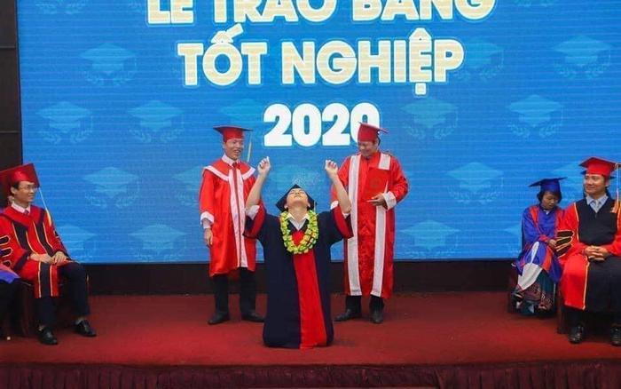 Trải qua '7749 kiếp nạn' cuối cùng cũng tốt nghiệp Đại học, nam sinh có màn ăn mừng trên sân khấu cực ấn tượng Ảnh 1