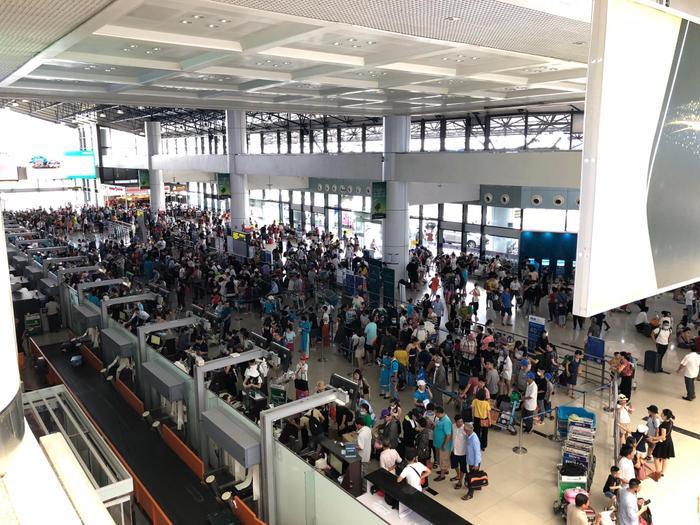 Sửa đường băng ở Nội Bài và Tân Sơn Nhất: Khách đứng vạ vật mệt mỏi ở sân bay, lên máy bay trước cả tiếng mới cất cánh Ảnh 2
