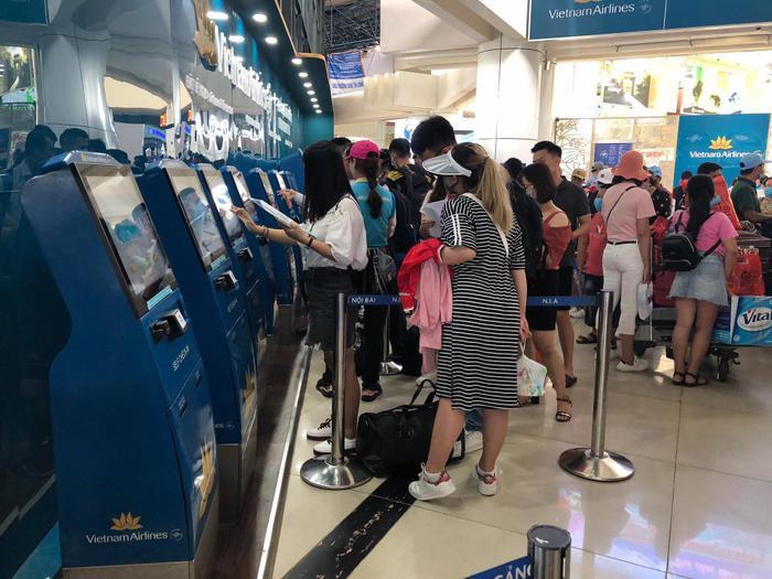 Sửa đường băng ở Nội Bài và Tân Sơn Nhất: Khách đứng vạ vật mệt mỏi ở sân bay, lên máy bay trước cả tiếng mới cất cánh Ảnh 3