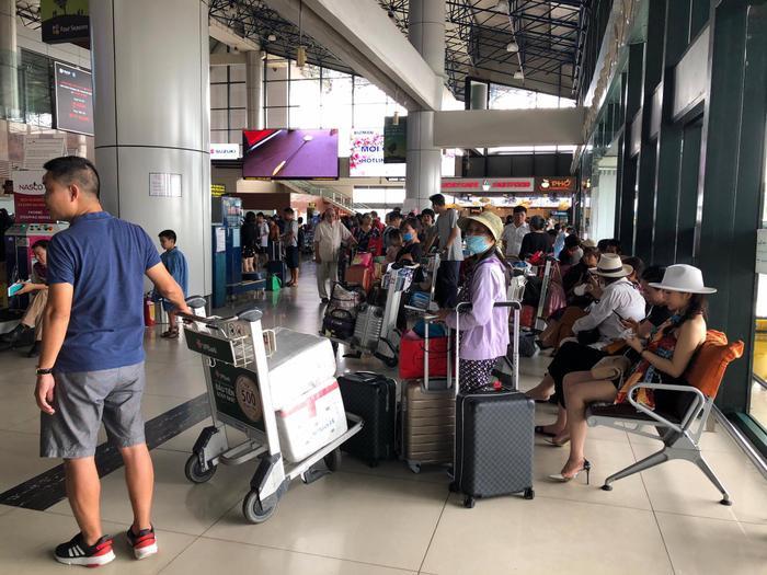 Sửa đường băng ở Nội Bài và Tân Sơn Nhất: Khách đứng vạ vật mệt mỏi ở sân bay, lên máy bay trước cả tiếng mới cất cánh Ảnh 5