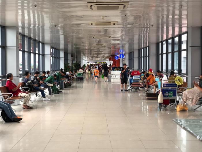 Sửa đường băng ở Nội Bài và Tân Sơn Nhất: Khách đứng vạ vật mệt mỏi ở sân bay, lên máy bay trước cả tiếng mới cất cánh Ảnh 4