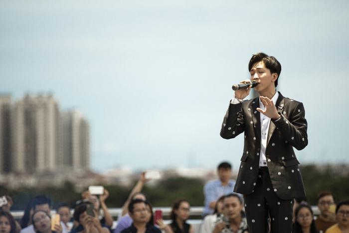 Từ chàng trai hát cover, Tăng Phúc 'phá đảo thế giới ảo' và giờ đây có hẳn live concert trên tầng thượng Ảnh 5