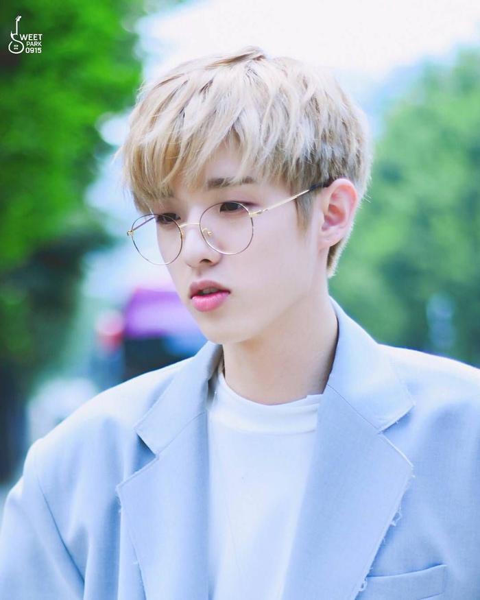 20 idol nam Kpop trở thành cực phẩm khi đeo mắt kính: Người ấy là ai? Ảnh 19