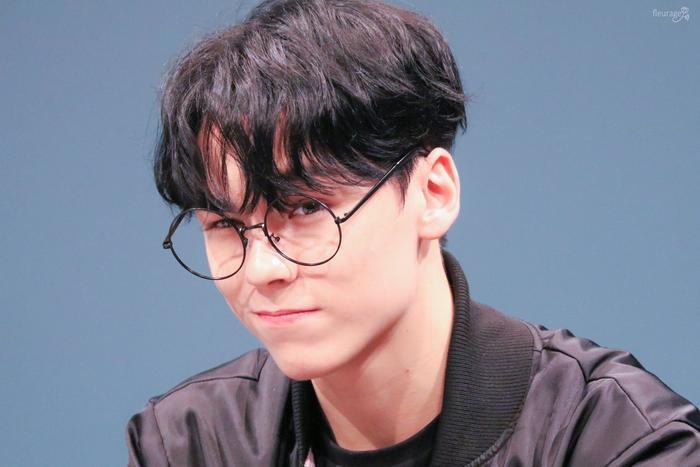 20 idol nam Kpop trở thành cực phẩm khi đeo mắt kính: Người ấy là ai? Ảnh 30