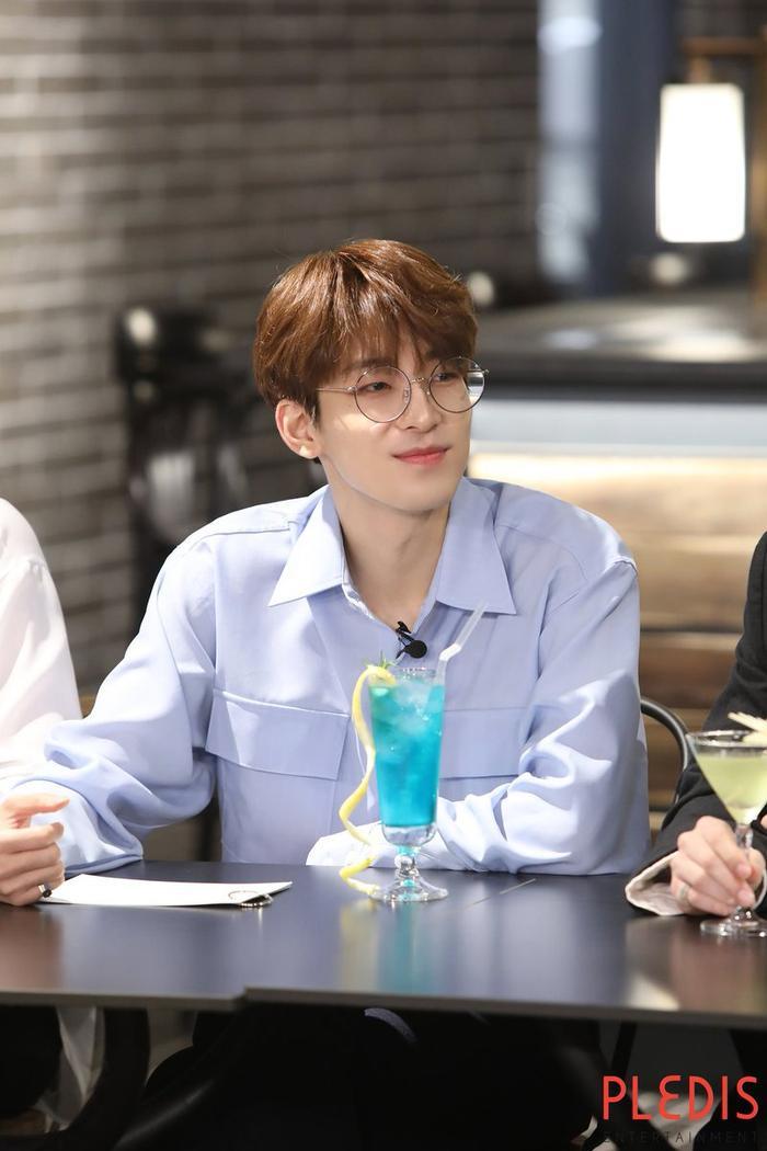 20 idol nam Kpop trở thành cực phẩm khi đeo mắt kính: Người ấy là ai? Ảnh 22