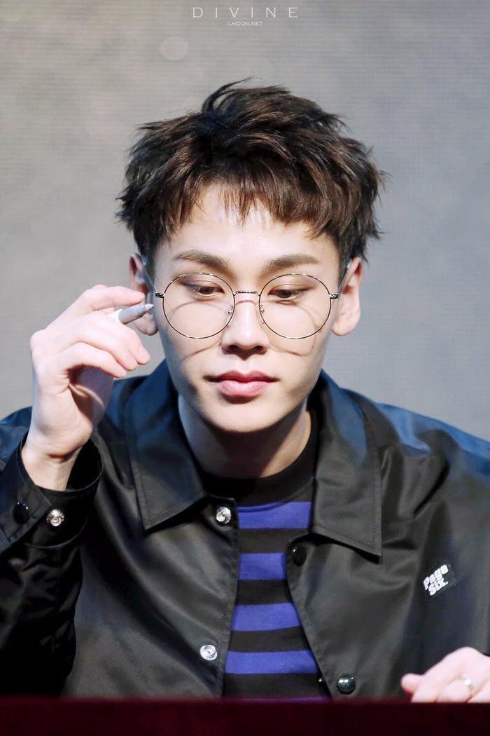 20 idol nam Kpop trở thành cực phẩm khi đeo mắt kính: Người ấy là ai? Ảnh 18