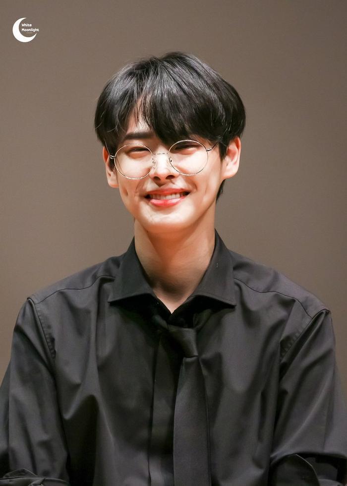 20 idol nam Kpop trở thành cực phẩm khi đeo mắt kính: Người ấy là ai? Ảnh 28
